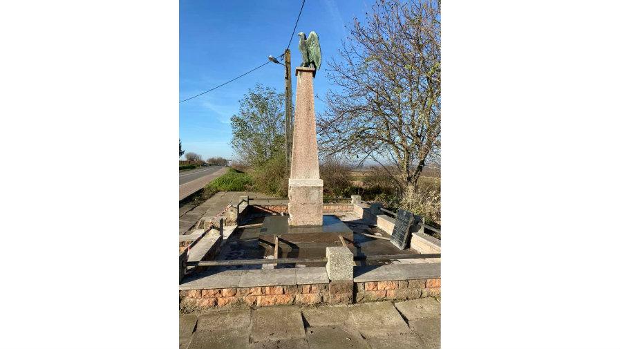 Remont pomnika w Topoli